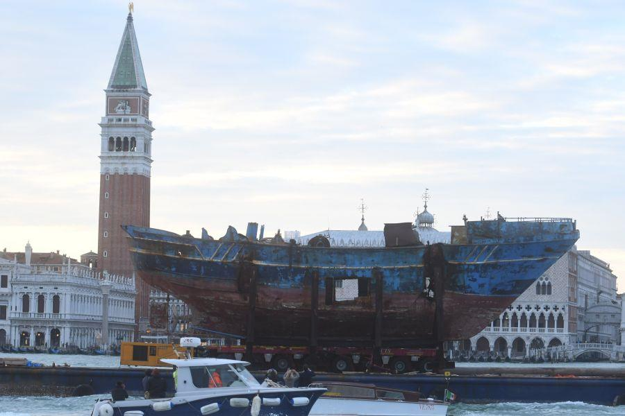 The boat of the massacre of 700 migrants transported to the Venice